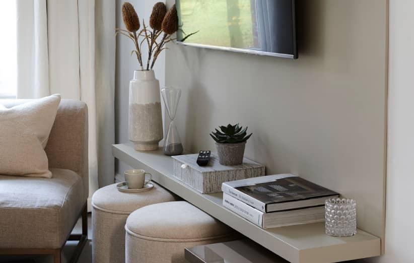 صمم طاولة تلفزيون لتناسب الغرفة