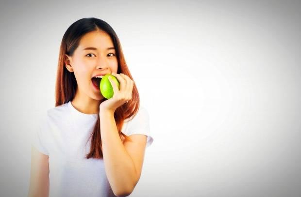 أكل التفاح