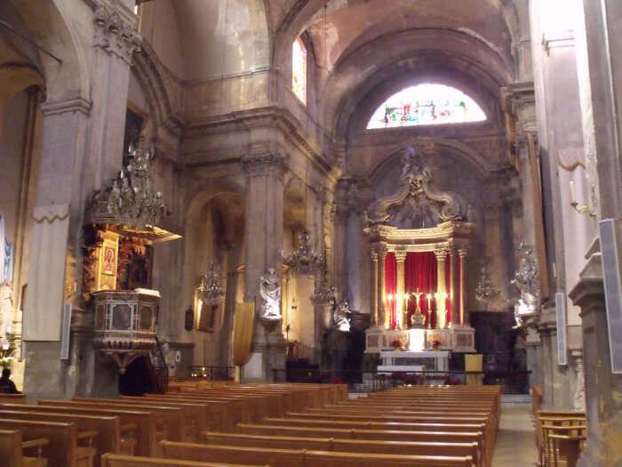 منظر داخلي للكنيسة
