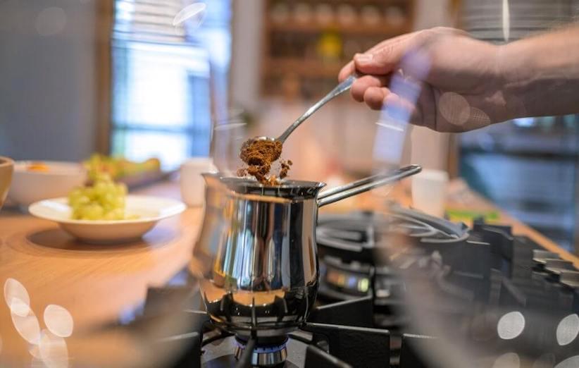 القهوة العربية - أضف مسحوق القهوة إلى الماء