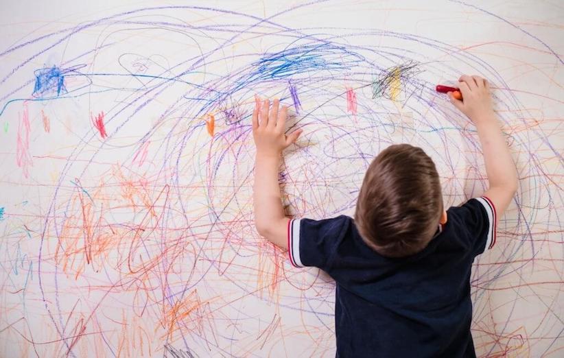 غسل ملابس الأطفال - بقعة قلم رصاص على الحائط