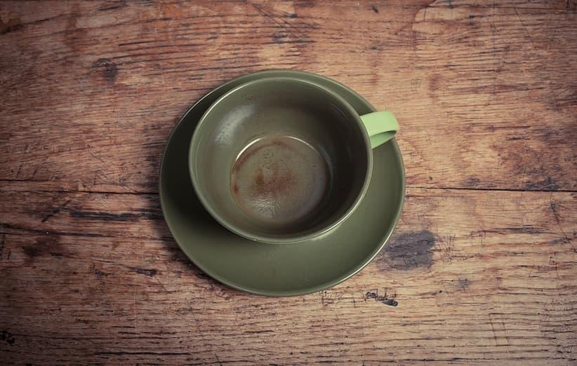 إزالة بقع الشاي من الأكواب والأكواب