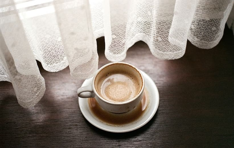 بقع القهوة على الكؤوس والأكواب