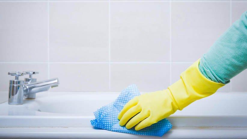 نظف حوض الاستحمام بمنشفة