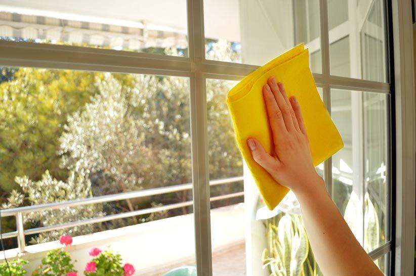 يؤدي تنظيف النوافذ إلى مزيد من الضوء في المنزل